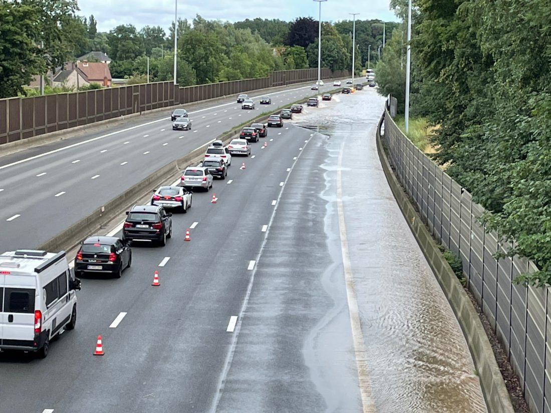 Water -en modderstromen zorgen voor overlast op E40: uren aanschuiven